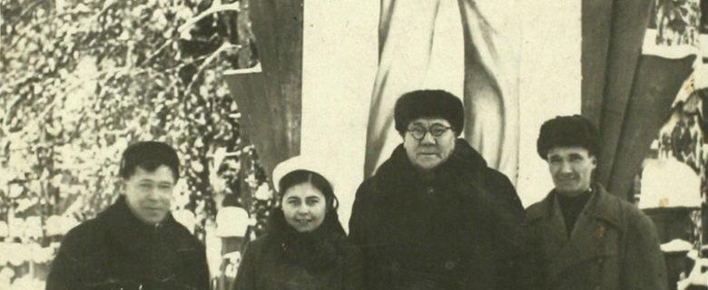 Слева направо Муса Джалиль, третий Файзулла Туишев с отдыхающими. Дом отдыха «Васильево»