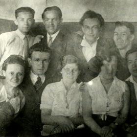 Сидят слева направо второй Джаудат Файзи, Асия Измайлова, пятый Муса Джалиль; стоят слева направо второй Фахри Насретдинов, третий Назиб Жиганов