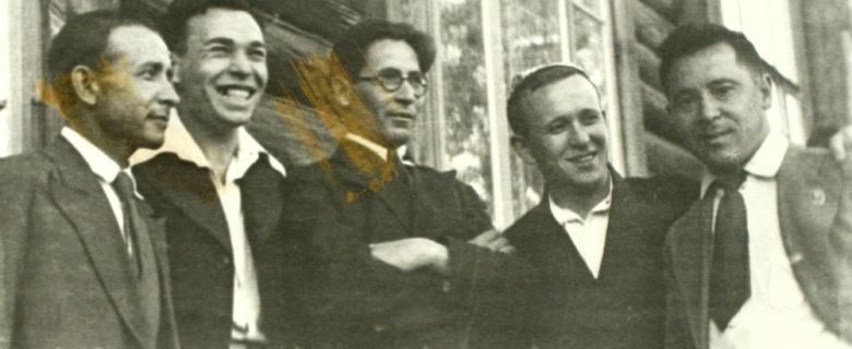 Слева направо Сибгат Хаким, Усман Альмеев, Нур Баян, Джаудат Файзи, Муса Джалиль у школы №13 г. Казани. 1939