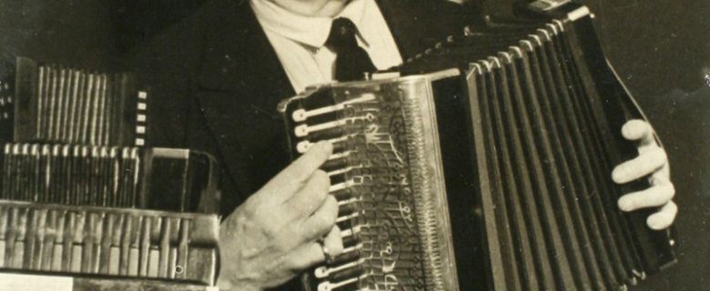 Файзулла Туишев с коллекцией гармоней