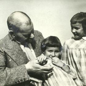 Максим Горький с внучками Дашей и Марфой. 1932